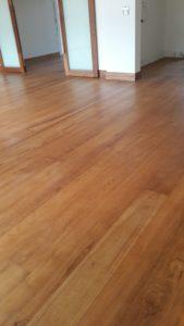 พื้นไม้จริง ไม้สักทำสีหน้างาน ขนาด 18×190×2,000ม.ม. เคลือบผิวหน้าด้วยยูรีเทน กึ่งเงากึ่งด้าน