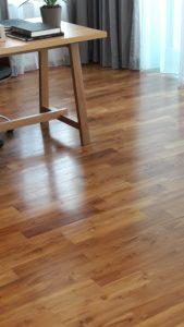 พื้นไม้สัก ทำสีหน้างาน ขนาด 18×95×600ม.ม. สีสัน ลวดลายไม้สักมีเข้ม มีอ่อน แตกต่างกันไปตามขนาด ตามอายุของไม้ที่นำมาใช้